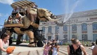 法国南特机械岛巨无霸大象出巡