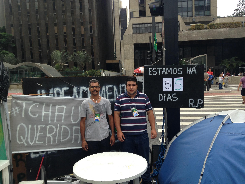 David Alexander (d) e o também militante Fábio Andrade celebram 55 dias de acampamento.