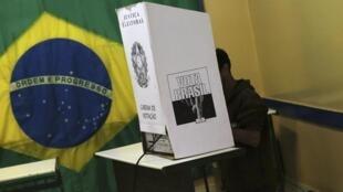 Un brésilien lors du vote au premier tour de l'élection présidentielle le 5 octobre 2014.