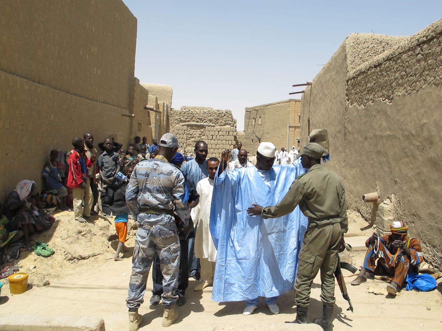 Des militaires maliens contrôlent des habitants de la ville de Tombouctou, avril 2014.