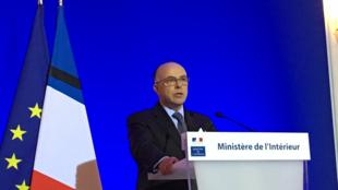 O ministro Bernard Cazeneuve durante anúncio da prisão na noite desta quinta-feira.