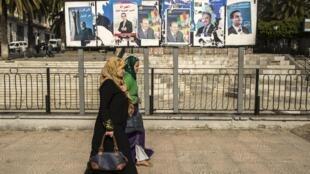 پوسترهای نامزدان انتخابات ریاست جمهوری در الجزایر در خیابانهای شهر الجزیره.