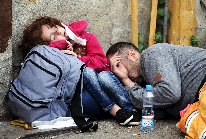 Người nhập cư may mắn lọt qua được các rào cản  cảnh sát. Ảnh chụp tại nhà ga  Gevgelija  Macedonia, ngày 21/08/ 2015.