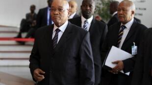 O presidente sul-africano, Jacob Zuma, em primeiro plano.
