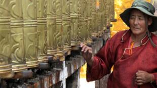 Một người phụ nữ Tây Tạng tại ngôi đền Jokhang, ở Lhasa, Tây Tạng. Ảnh chụp ngày 04/06/2016.