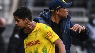 L'entraîneur de Nantes, Antoine Kombouaré, félicite son milieu Ludovic Blas à la fin du match de Ligue 1 à Angers, le 14 février 2021