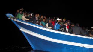 Depuis le début de l'année, plus de 6000 migrants ont été secourus par des ONG en Méditerranée (comme ici par Proactiva Open Arms, fin mars 2017 au large de la Libye). Des groupes d'extrême droite veulent empêcher ces opérations de sauvetage.