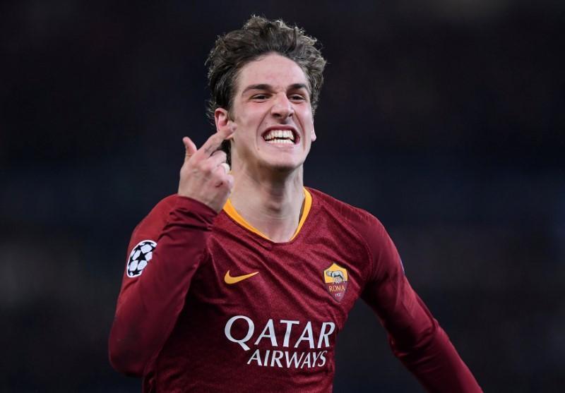 Dan wasan AS Roma Nicolo Zaniolo yayin murnar jefa kwallo a ragar FC Porto.