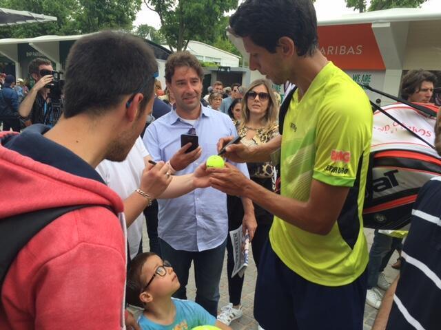 Marcelo Melo distribui autógrafos para os fãs em Roland Garros. Foto: RFI Brasil