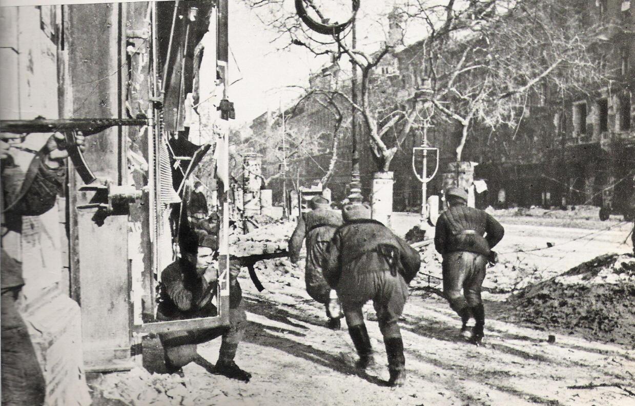 Hồng quân Liên Xô tại Budapest (Hungary) vào năm 1945.