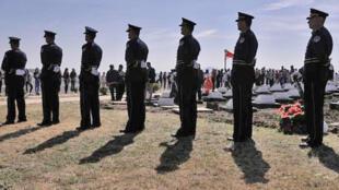 Des membres de la Force de sécurité du Kosovo (KSF) montent la garde lors de l'inauguration, le 5 octobre 2018, d'un complexe commémoratif dédié aux 157 membres de l'Armée de libération du Kosovo, tués par les forces serbes  pendant la guerre au Kosovo.