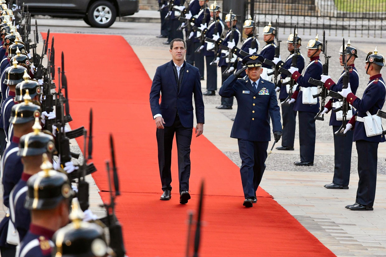 Lãnh đạo đối lập Venezuela Juan Guaido (T), lúc đến dinh tổng thống Colombia. Ảnh tại Bogota, ngày 19/01/2020.