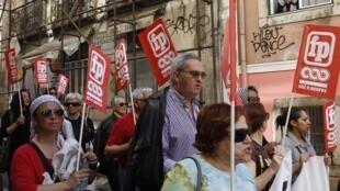 Des milliers de personnes ont défilé samedi 13 avril 2013 à  Lisbonne pour protester contre la pauvreté grandissante.