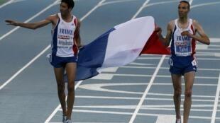 Le Français Mahiedine Mekhissi-Benabbad (g) a obtenu la médaille d'or, le 1er août 2010, lors de la finale du 3000 mètres steeple des championnats d'Europe de Barcelone, devançant d'une demi-seconde son compatriote Bouabdellah Tahri qui a terminé deuxième.