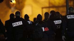 Des policiers rassemblés devant le collège du Bois d'Aulne à Conflans-Saint-Honorine au nord de Paris, après la décapitation de l'enseignant Samuel Paty, le 16 octobre 2020.