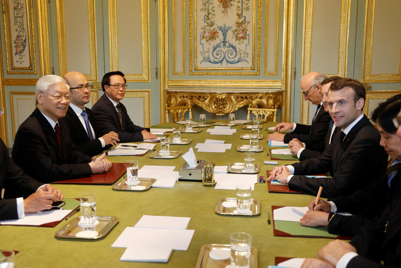 Tổng thống Pháp Emmanuel Macron (P) tiếp tổng bí thư đảng Cộng Sản Việt Nam Nguyễn Phú Trọng (T), tại điện Elysée, Paris ngày 27/03/2018.