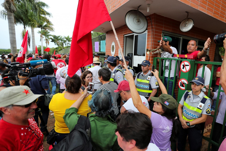 Des partisans de Nicolas Maduro devant l'ambassade du Venezuela à Brasilia, le 13 novembre 2019.