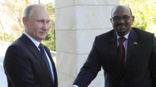 Le président russe Vladimir Poutine a reçu son homologue soudanais Omar el-Béchir dans sa résidence à Sotchi, le 23 novembre 2017.