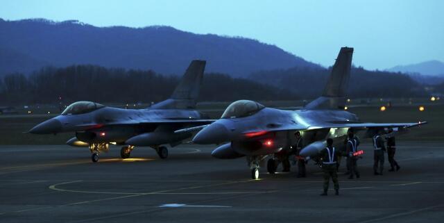 Истребители KF-16 южнокорейских ВВС перед ночным патрулированием на базе в 100 км от Сеула 17/04/2013