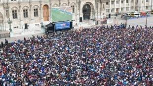 O telão instalado diante da prefeitura de Paris deve atrair mais de 20 mil torcedores para o jogo entre França e Alemanha, nesta sexta-feira (4).