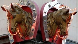 Cavalos decoram açougue especializado em carne equina, em Paris.