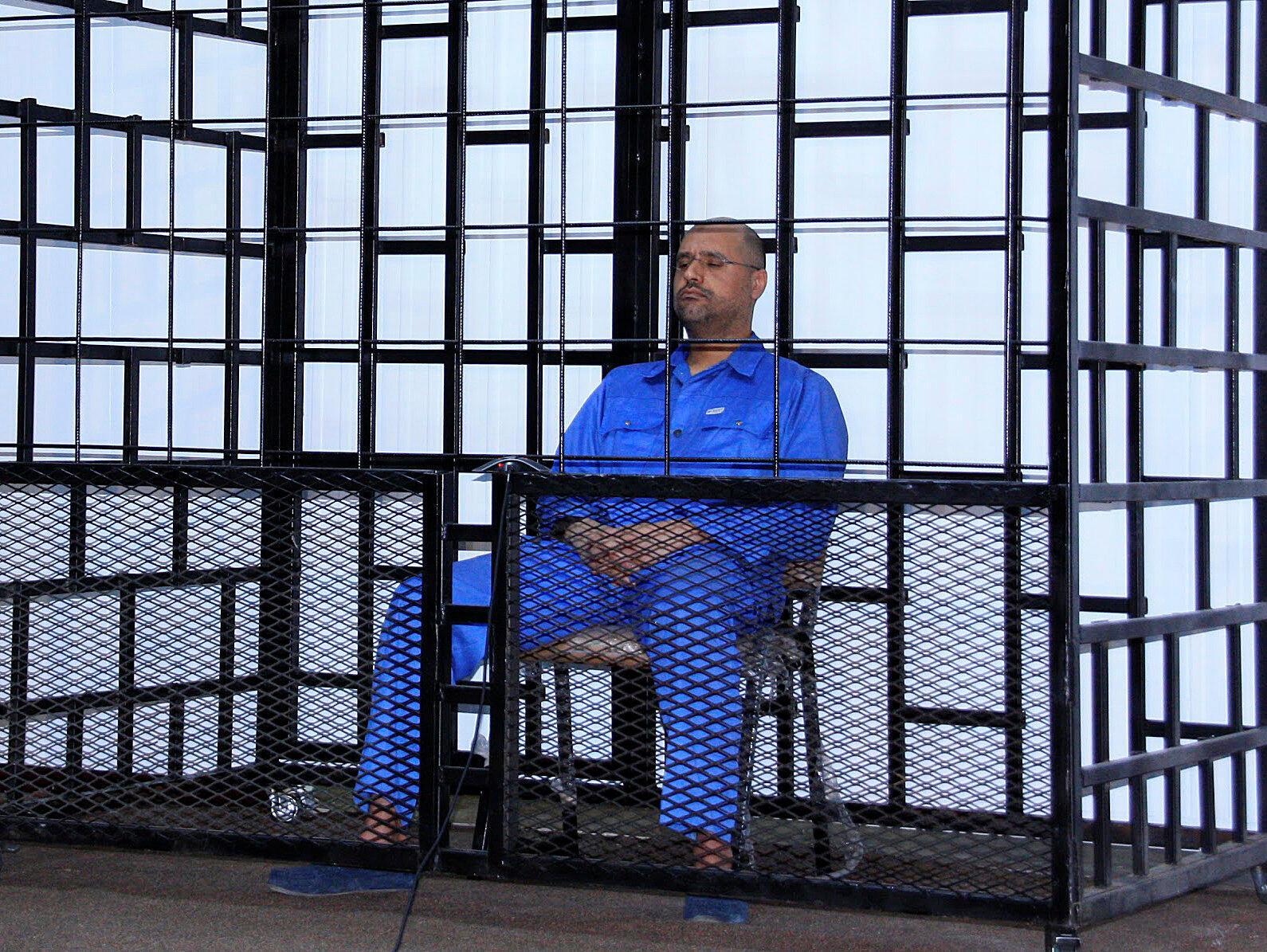 Saif al-Islam Kadafi, filho do ex-líder líbio Muamar Kadafi, em cela do tribunal de Zentane em 25 de maio de 2014.