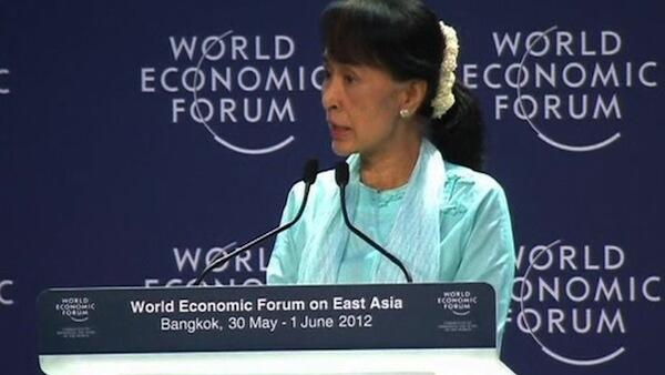 Kiongozi wa Upinzani Nchini Myanmar Aung San Suu Kyi akihutubia Mkutano wa Uchumi kwa Mataifa ya Asia huko Thailand