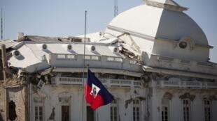 Le drapeau haïtien flotte près du palais de Port-au-Prince, le 12 janvier 2011.