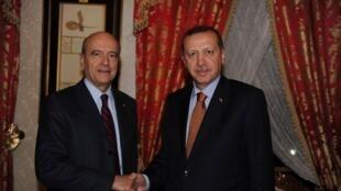 Fira Ministan Turkiya  Recep Tayyip Erdogan tare da Ministan Harakokin wajen Faransa Alain Juppé, a wata ganawa da suka yi a Istanbul