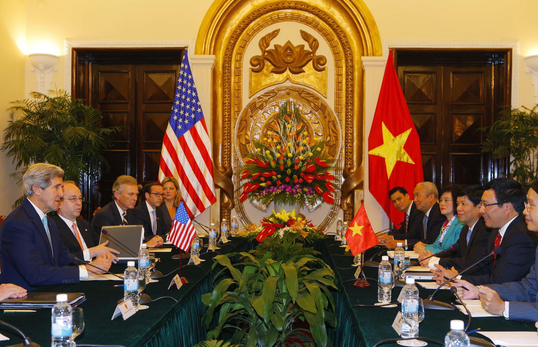 Ngoại trưởng Mỹ John Kerry hội đàm với Phó thủ tướng, bộ trưởng Ngoại giao Việt Nam Pham Bình Minh ngày 16/12/2013 tại Hà Nội.