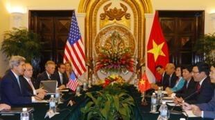 Ngoại trưởng Mỹ John Kerry hội đàm với bộ trưởng Ngoại giao Việt Nam Pham Bình Minh ngày 16/12/2013 tại Hà Nội.