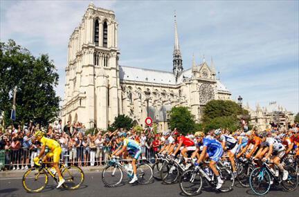 L'arrivée à Paris sous le soleil, le rêve de tous les coureurs, Contador en tête.