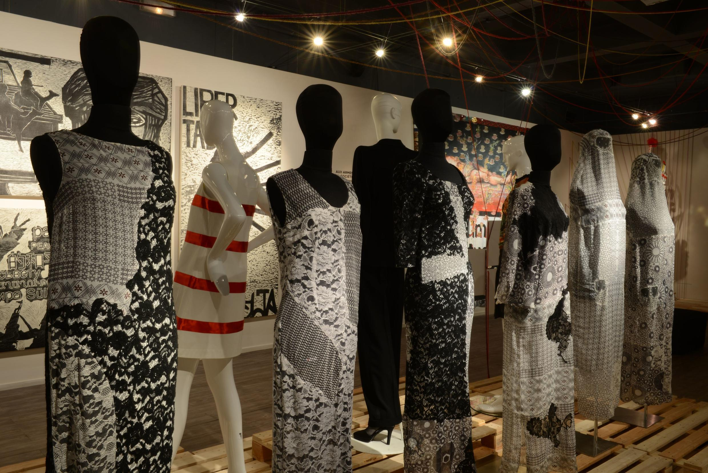 L'artiste Sasha Nassar interpelle les femmes à faire leur « Printemps personnel ». Au fond, on aperçoit la mini-jupe en coton blanc et satin rouge créée par le couturier français André Courrèges en 1965.