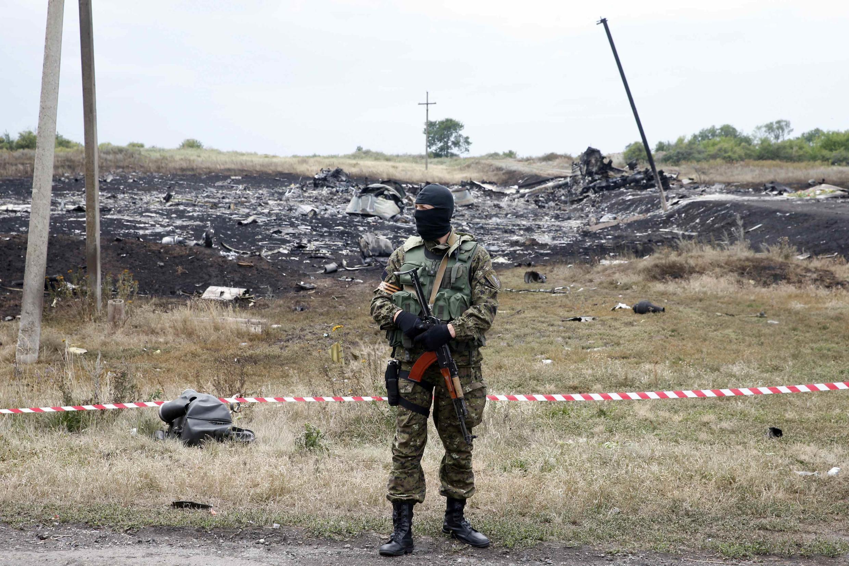 Rebelde pró-russo faz a guarda da região onde caiu o voo MH17 da Malaysia Airlines, em Grabove, no leste da Ucrânia.