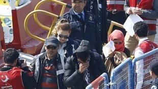 L'arrivée à Dikili (Turquie) de quelque 200 migrants en provenance de Grèce, encadrés par un important dispositif policier. Photo datée du 4 avril 2016.