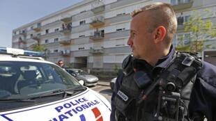 Un policier, dans un quartier de Strasbourg, dans l'est de la France, le 6 mai dernier.