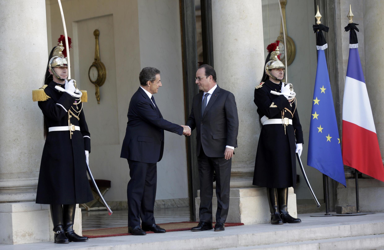 François Hollande, chefe de Estado, recebeu o ex-presidente Nicolas Sarkozy no Eliseu