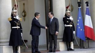 奥朗德星期天在爱丽舍宫分别会见法国各党领袖。图为会见前总统萨科齐。