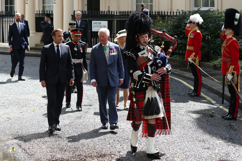 80-летие призыва Шарля де Голля к Сопротивлению. Президент Макрон и принц Чарльз на Carlton Gardens в Лондоне 18 июня 2020.