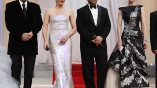 LHP Cannes lần thứ 63 chính thức khai mạc : chủ tịch ban giám khảo Tim Burton (trái), nữ diễn viên Kristin Scott Thomas, nam tài tử Russel Crowe và nữ diễn viên Cate Blanchette
