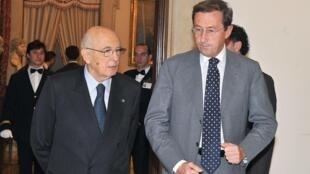 Le président italien Giorgio Napolitano (g) et Gianfranco Fini, l'ex-allié de Silvio Berlusconi, à leur sortie du Parlement, le 15 novembre 2010.