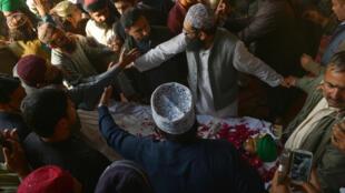 Des proches et des admirateurs du meurtrier islamiste Mumtaz Qadri se pressent autour de son corps alors qu'il a été pendu à Rawalpindi, le lundi 29 février 2016.