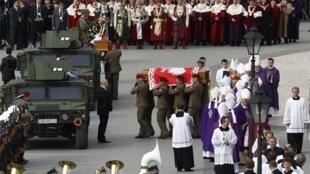 Linh cữu tổng thống Ba Lan và phu nhân đang được đưa đến nơi an nghỉ cuối cùng.