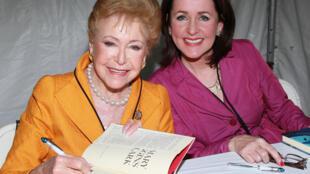 美國懸疑小說女王瑪麗·海金斯·克拉克Mary Higgins Clark(左)和女兒在洛杉磯16屆出版節2011年5月1日