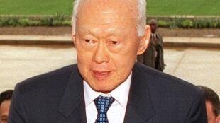 លោក លី គាន់យូ (Lee Kuan Yew) បិតានៃវឌ្ឍនភាពសិង្ហបុរី និងជានាយករដ្ឋមន្ត្រីពីឆ្នាំ១៩៥៩-១៩៩០