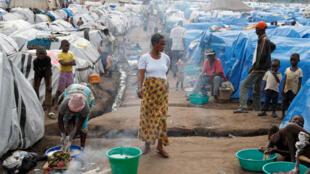 Dans le camp de déplacés de Bunia, dans la province d'Ituri, le 12 avril 2018. Les déplacés y arrivent affamés, certains après s'être cachés ou avoir fui pendant plusieurs jours.