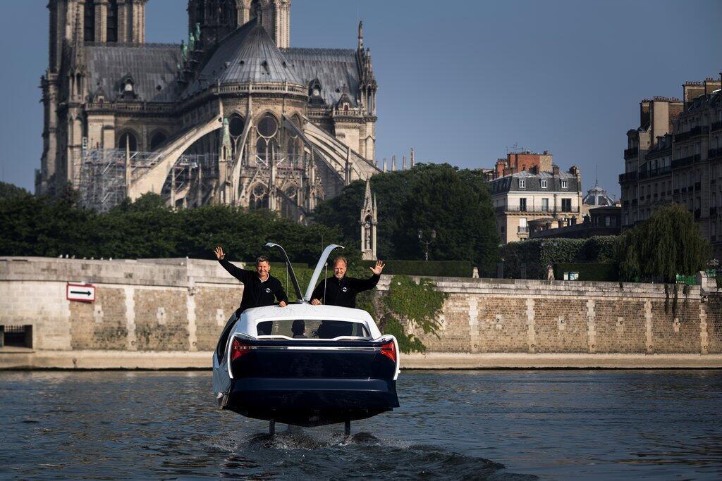 Hai nhà đồng sáng lập Sea Bubble Alain Thebault và Anders Bringdal chạy thử một mẫu trên sông Seine, đối diện nhà thờ Đức Bà, ngày 20/05/2018.