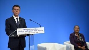 مانوئل والس، نخست وزیر فرانسه، در کنفرانس مطبوعاتی - روز چهارشنبه ٢٣ دسامبر ٢٠١٥