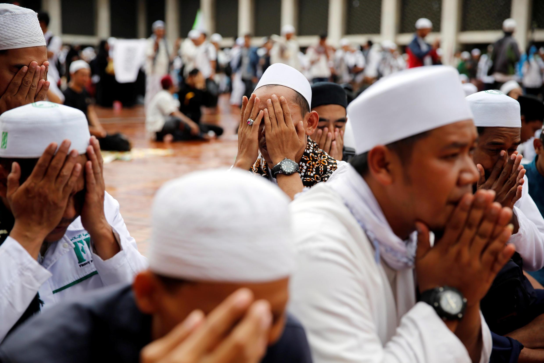 Waandamanaji wakifanya maombi wakati wa maandamano ya kupinga mkuu wa jiji la Jakarta  Basuki Tjahaja Purnama katika Msikiti wa  Istiqlal mjini Jakarta.