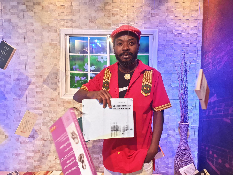 Mtunzi Inéma Jeudi akiwa katika studioni katika makala «Vitabu na wewe».